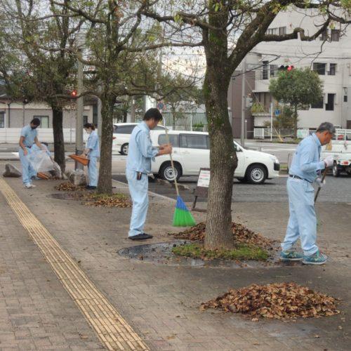 日向市駅前落ち葉清掃を実施しました!